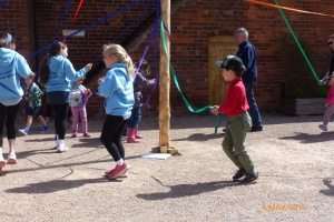2015-05-04, May Day Fayre, Maypole dancing 15
