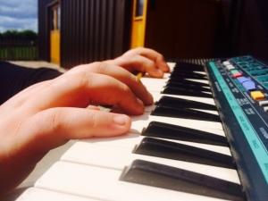2015-06-09, Pigg's Playbarn music club, keyboard