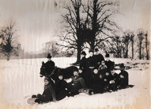 WO Foster's family in the snow in Apley Park 001